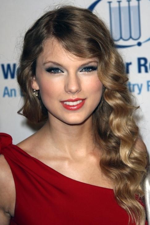 StyleCaster_Taylor_Swift_White_Eyeliner.jpg