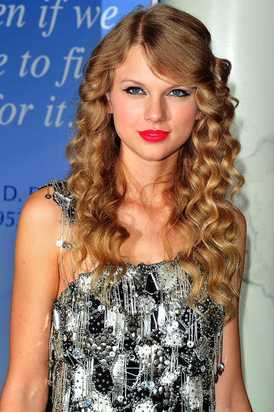 Taylor_Swift_CoverGirl_hairstyles_beauty_tips_curly_hair.jpg (400x600)