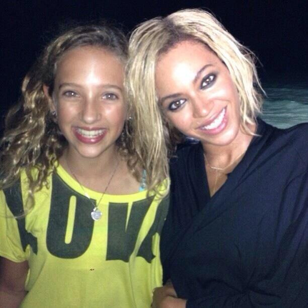Beyoncé shows off her new bob hairstyle while posing with a fan in Miami
