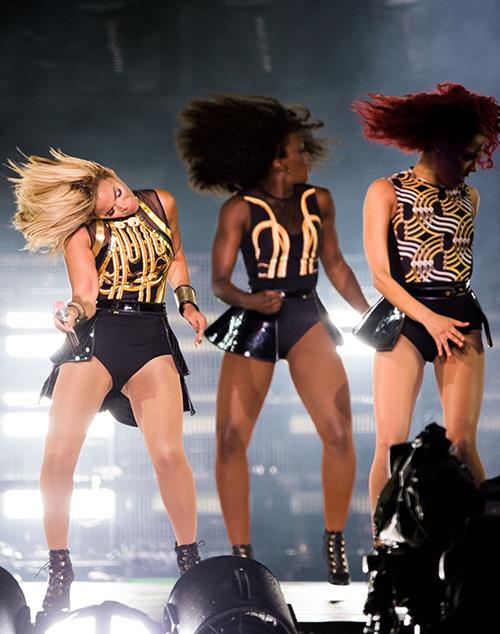 Beyoncé flips her hair onstage